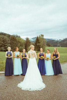 Hochzeitsbild von Susanne's Brautkleid von hinten und ihren Brautjungfern von Hochzeitsfotograf Timo Erlenwein