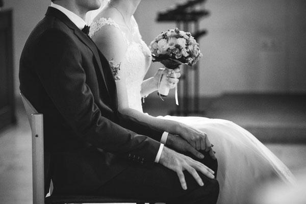 Hochzeitsbild von Susanne und Wolfgang mit Details in der Kirche in Köndringen von Hochzeitsfotograf Timo Erlenwein