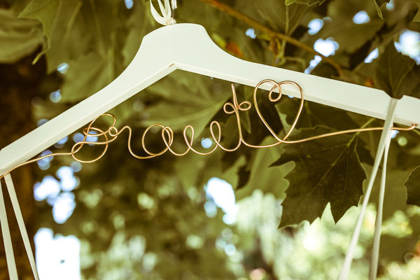 Hochzeitsbild vom Kleiderbügel von Anne's Brautkleid von Hochzeitsfotograf Timo Erlenwein