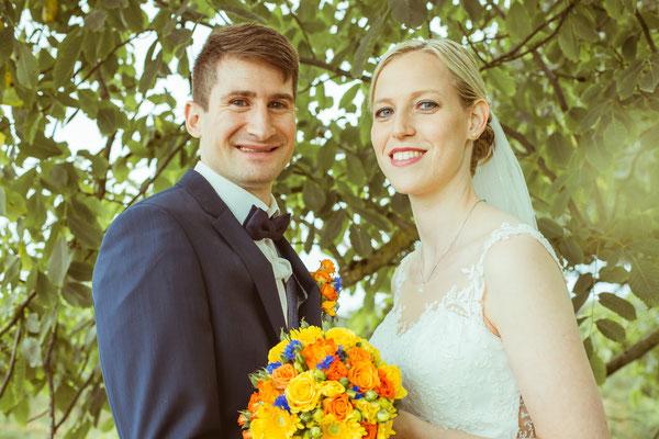 Hochzeitsbild von Susanne und Wolfgang beim Shooting unter einem Baum von Hochzeitsfotograf Timo Erlenwein