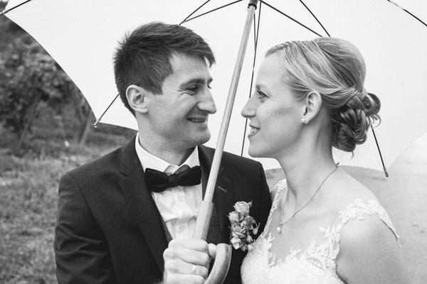 Hochzeitsbild von Susanne und Wolfgang unter dem Schirm beim Shooting am Rebberg in Köndringen von Hochzeitsfotograf Timo Erlenwein