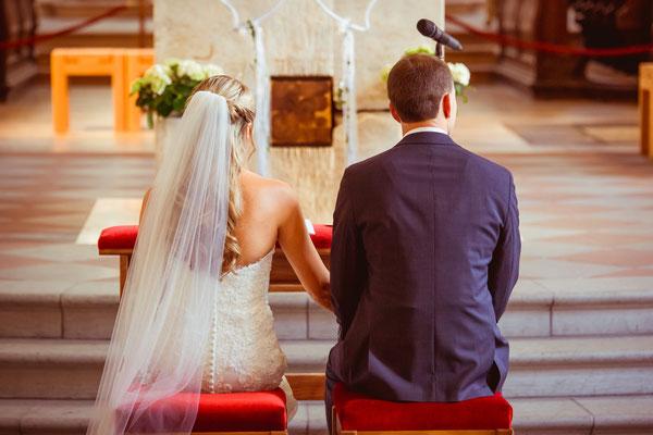 Hochzeit Kerstin und Georg von hinten in Kirche fotografiert von Timo Erlenwein Fotografie