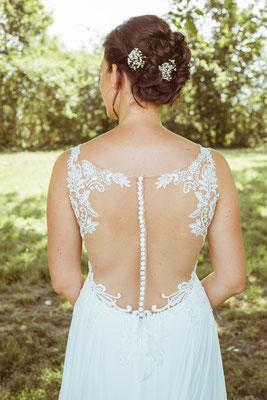 Hochzeitsfoto Anne und Tobi Rücken des Brautkleids fotografiert von Timo Erlenwein Fotografie