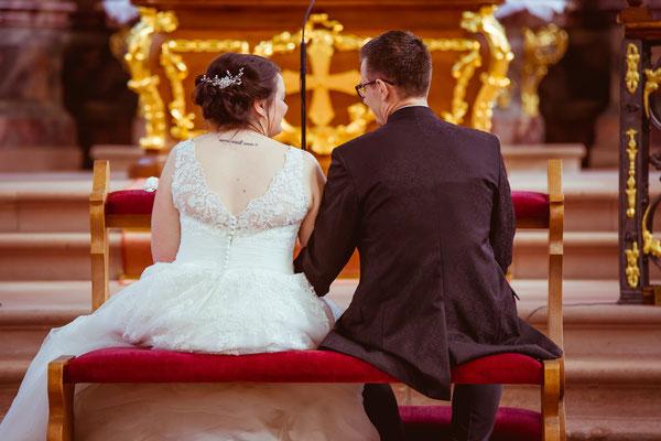 Hochzeitsbild von Jenny und Marius beim Blickkontakt in der Kirche von Hochzeitsfotograf Timo Erlenwein