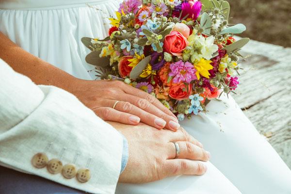 Hochzeitsfoto von Anja und Guido mit Ringen und Brautstrauß von Timo Erlenwein Fotografie