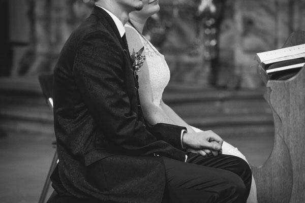 Hochzeitsbild vom Brautpaar in der Kirche von Hochzeitsfotograf Timo Erlenwein