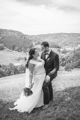 Hochzeit Valerie Simon Paarfoto in Natur fotografiert von Timo Erlenwein Hochzeitsfotograf