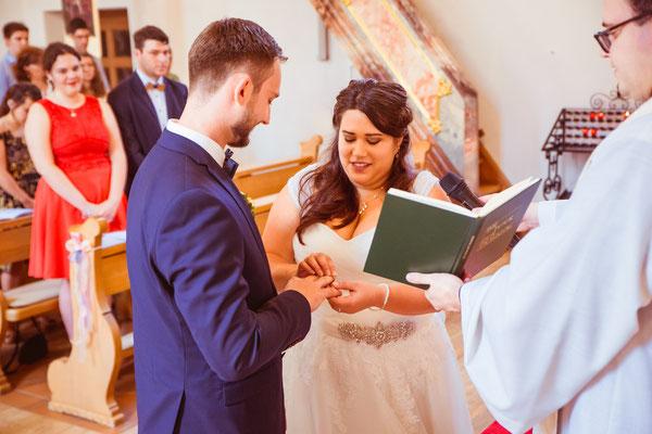 Hochzeit Valerie Simon Ringe tauschen in der Kirche fotografiert von Timo Erlenwein Hochzeitsfotograf