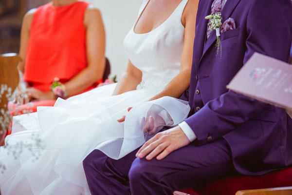 Hochzeitsbild Verena und Daniel in der Kirche händchenhaltend fotografiert von Timo Erlenwein Fotografie
