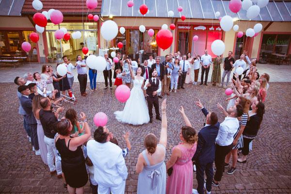 Hochzeitsfoto Alena und Salvatore Luftballonherz fotografiert von Timo Erlenwein Fotografie