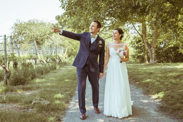Hochzeitsfoto Anne und Tobi Bräutigam zeigt Braut etwas fotografiert von Timo Erlenwein Fotografie