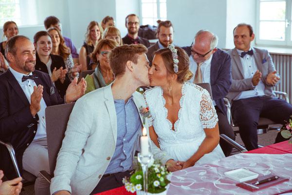 Hochzeitsfoto von Anja und Guido mit Kuss im Standesamt von Timo Erlenwein Fotografie