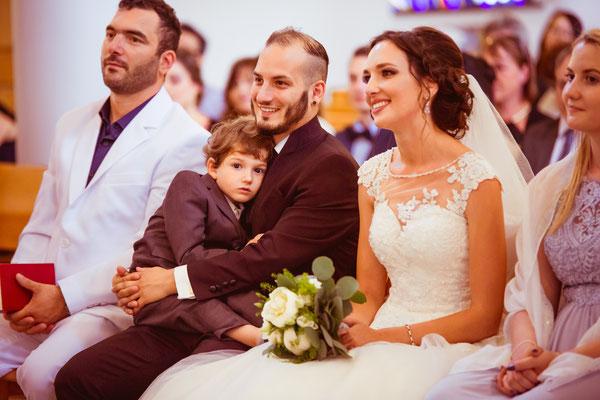 Hochzeitsfoto Alena und Salvatore mit Sohn in der Kirche fotografiert von Timo Erlenwein Fotografie