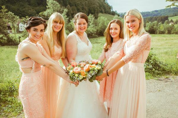 Hochzeitsbild von Jenny und ihren Brautjungfern mit den Sträußen in der Mitte von Hochzeitsfotograf Timo Erlenwein