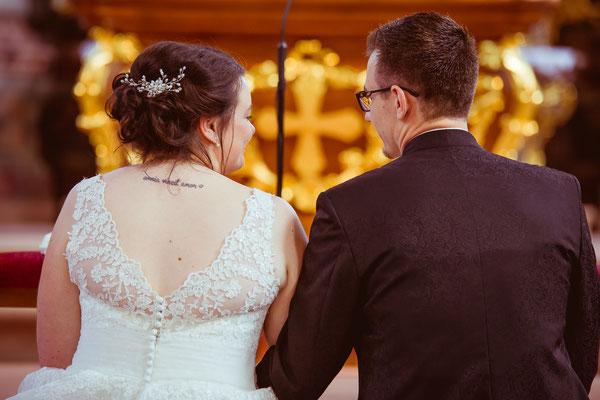 Hochzeitsbild von Jenny und Marius als Close-up von hinten in der Kirche von Hochzeitsfotograf Timo Erlenwein