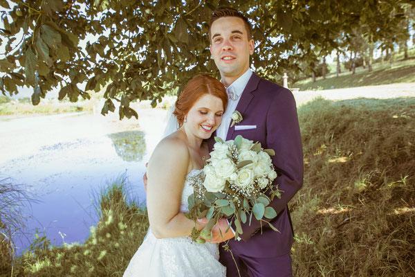 Hochzeitsbild von Anne und Daniel beim Shooting am Weier von Hochzeitsfotograf Timo Erlenwein