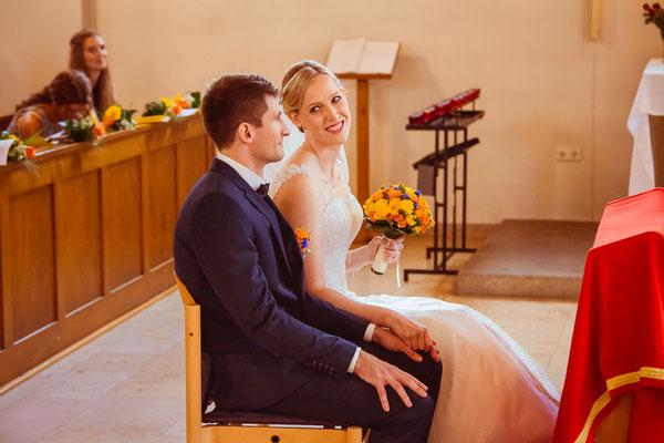 Hochzeitsbild von Susanne und Wolfgang lachend in der Kirche in Köndringen von Hochzeitsfotograf Timo Erlenwein
