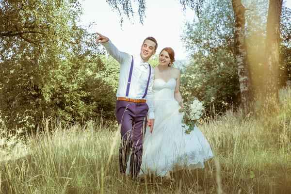 Hochzeitsbild von Anne und Daniel beim Shooting im Feld von Hochzeitsfotograf Timo Erlenwein