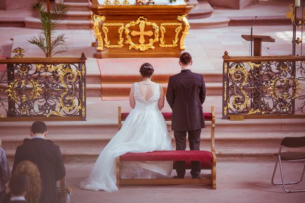 Hochzeitsbild von Jenny und Marius in der Kirche von Hochzeitsfotograf Timo Erlenwein