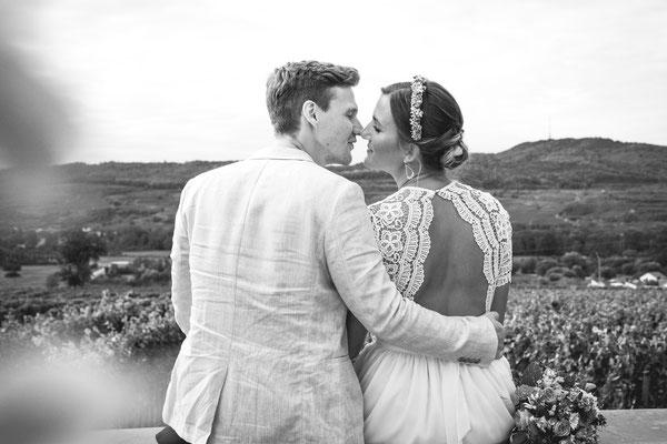 Hochzeitsfoto von Anja und Guido mit Blick in die Reben von Timo Erlenwein Fotografie