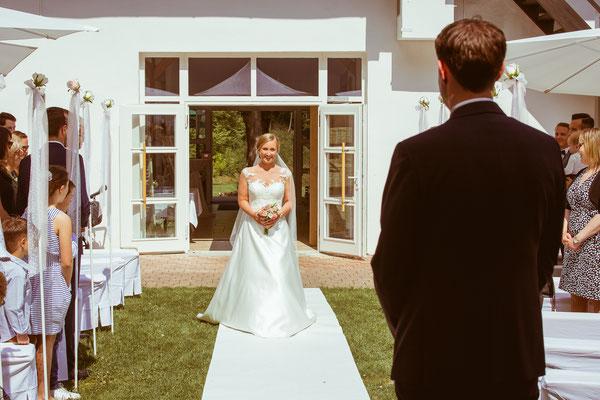 First Look von Bräutigam Thomas und Braut Lena - von Hochzeitsfotograf Timo Erlenwein
