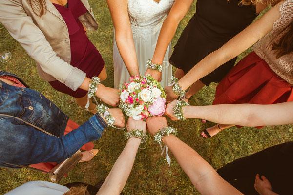 Hochzeitsfoto Anne und Tobi Braut und Brautjungfern mit Schmuck fotografiert von Timo Erlenwein Fotografie
