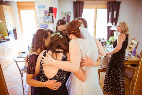 Hochzeitsbild von Anne und ihren Brautjungfern beim Getting-Ready von Hochzeitsfotograf Timo Erlenwein