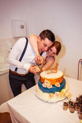 Hochzeitsbild von Anne und Daniel beim Tortenanschneiden von Hochzeitsfotograf Timo Erlenwein