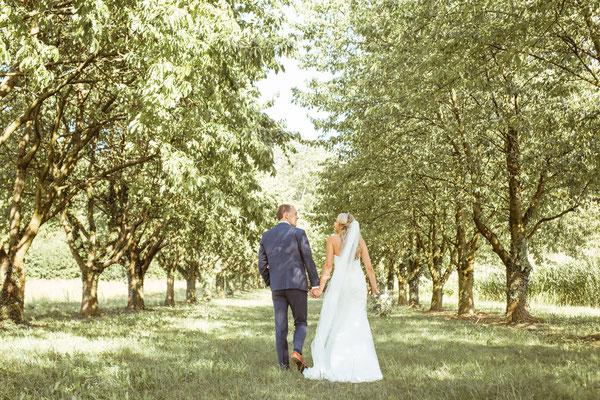 Hochzeit Kerstin und Georg Brautpaarshooting unter Obstbäumen fotografiert von Timo Erlenwein Fotografie