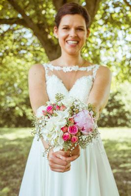 Hochzeitsfoto Anne und Tobi Braut mit Brautstrauß fotografiert von Timo Erlenwein Fotografie