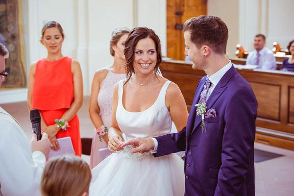 Hochzeitsbild Verena und Daniel in der Kirche beim Ringetausch fotografiert von Timo Erlenwein Fotografie