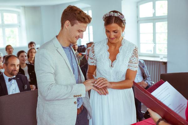 Hochzeitsfoto von Anja und Guido bei der Ringübergabe von Timo Erlenwein Fotografie