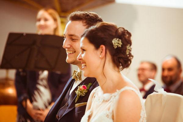 Hochzeitsfoto Anne und Tobi lachend in der Kirche fotografiert von Timo Erlenwein Fotografie