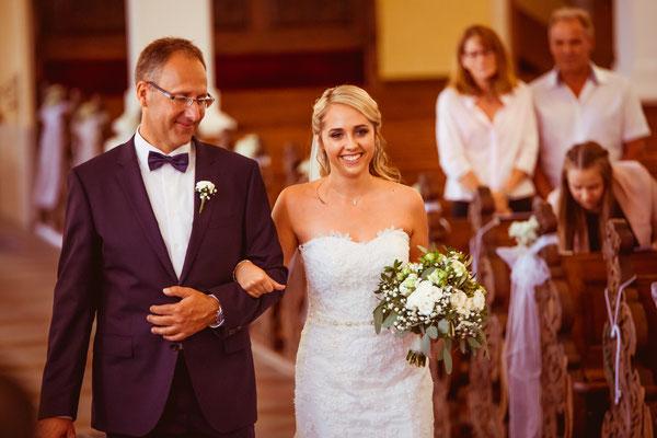 Hochzeit Kerstin und Georg Braut wird in Kirche geführt fotografiert von Timo Erlenwein Fotografie