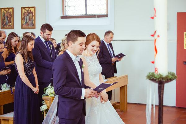 Hochzeitsbild von Anne und Daniel beim Singen in der Kirche von Hochzeitsfotograf Timo Erlenwein