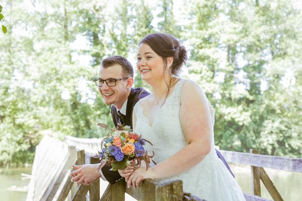 Hochzeitsbild von Jenny und Marius beim Shooting an einer Rheinbrücke von Hochzeitsfotograf Timo Erlenwein