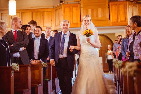 Hochzeitsbild von Susanne beim Einzug in der Kirche in Köndringen von Hochzeitsfotograf Timo Erlenwein