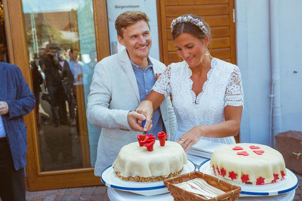 Hochzeitsfoto von Anja und Guido beim Tortenanschnitt von Timo Erlenwein Fotografie