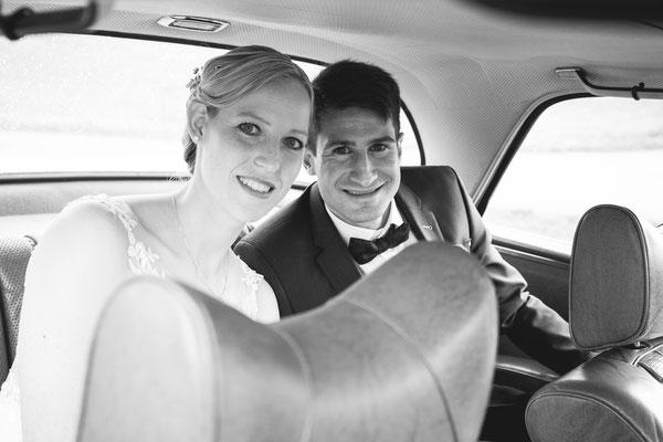 Hochzeitsbild von Susanne und Wolfgang im Hochzeitsauto von Hochzeitsfotograf Timo Erlenwein