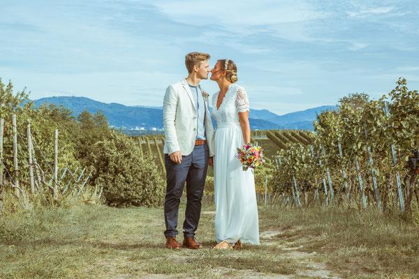 Hochzeitsfoto von Anja und Guido mit Kuss in den Reben von Timo Erlenwein Fotografie
