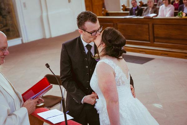 Hochzeitsbild von Jenny und Marius beim Kuss in der Kirche von Hochzeitsfotograf Timo Erlenwein