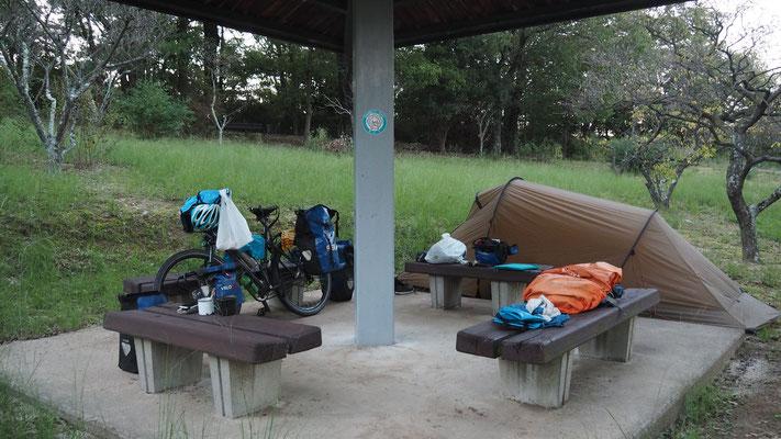 Zeltplätze gibt es sehr viele abseits der Städte