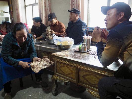 Gastgeber am Yak Trockenfleisch aufschneiden