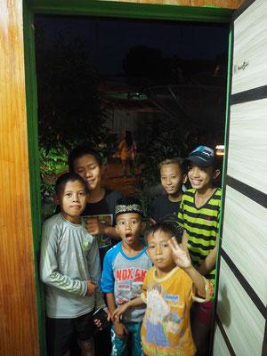 Kinder warten um den Ausländer zu sehen