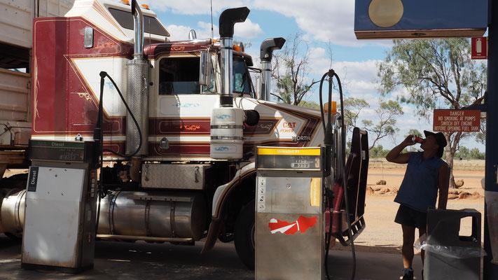 Tanken für Fahrzeug und Fahrer
