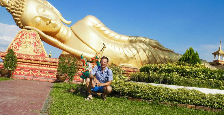 liegender Buddha und knieender Mathias