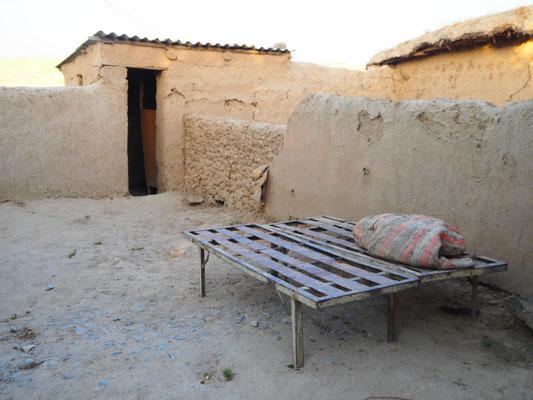 Schlafplatz und WC im Hintergrund