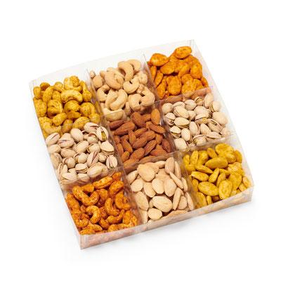 Art. 950054 Happy Hour I    Pistazien, Salz-Mandeln, Salz-Cashews, Curry-Mandeln, Curry-Cashews, Paprika-Mandeln, Paprika-Cashews, Rauchmandeln  A-PET:  21 x 21 x 4 cm    Verpackung: Karton 3 x 750g