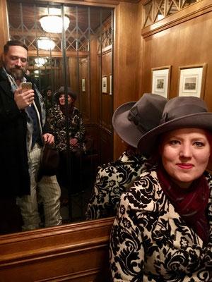 Im historischen Lift: Sitzbank für die Dame.