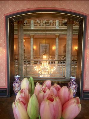 Im ganzen Hotel frühlingshafte Blumenarrangements.